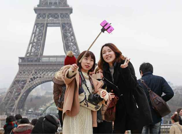 2048x1536-fit_touristes-perche-selfie-paris-6-janvier-2015
